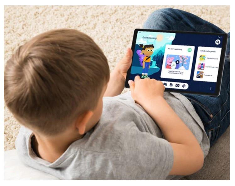 Vista de un niño con la tablet de Lenovo Tab M10 HD 2da generación en posición horizontal utilizando Google Kids Space