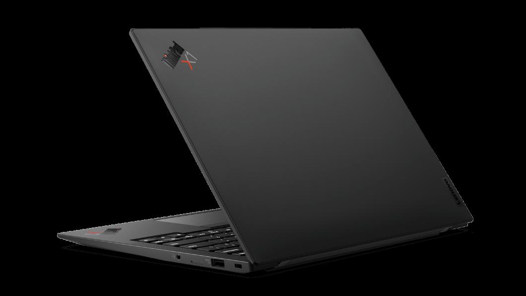 Vista trasera y en ángulo de la computadora portátil ThinkPad X1 Carbon 9na Gen abierta
