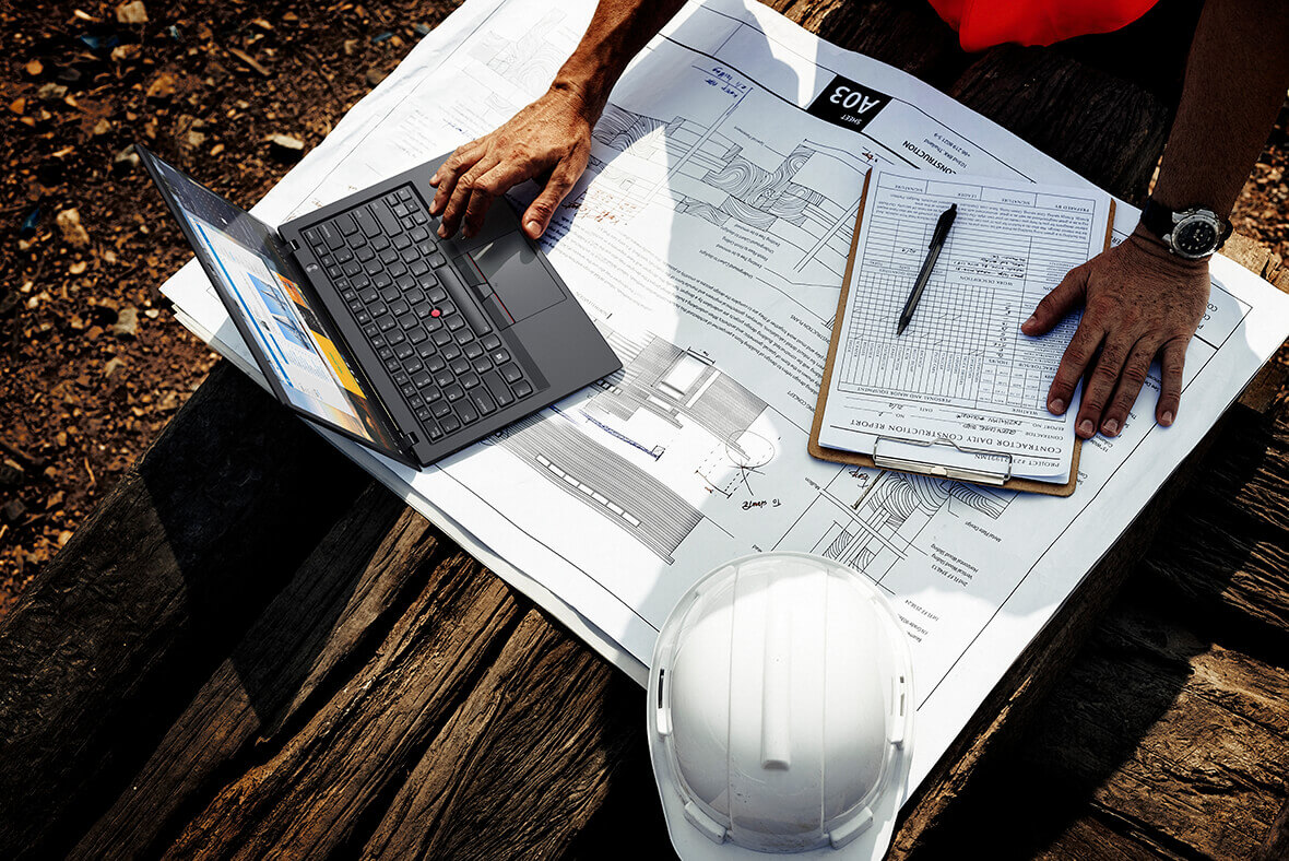 Plano general de Lenovo ThinkPad X1 Carbon (6a generación), utilizado junto con el informe de un contratista al aire libre.