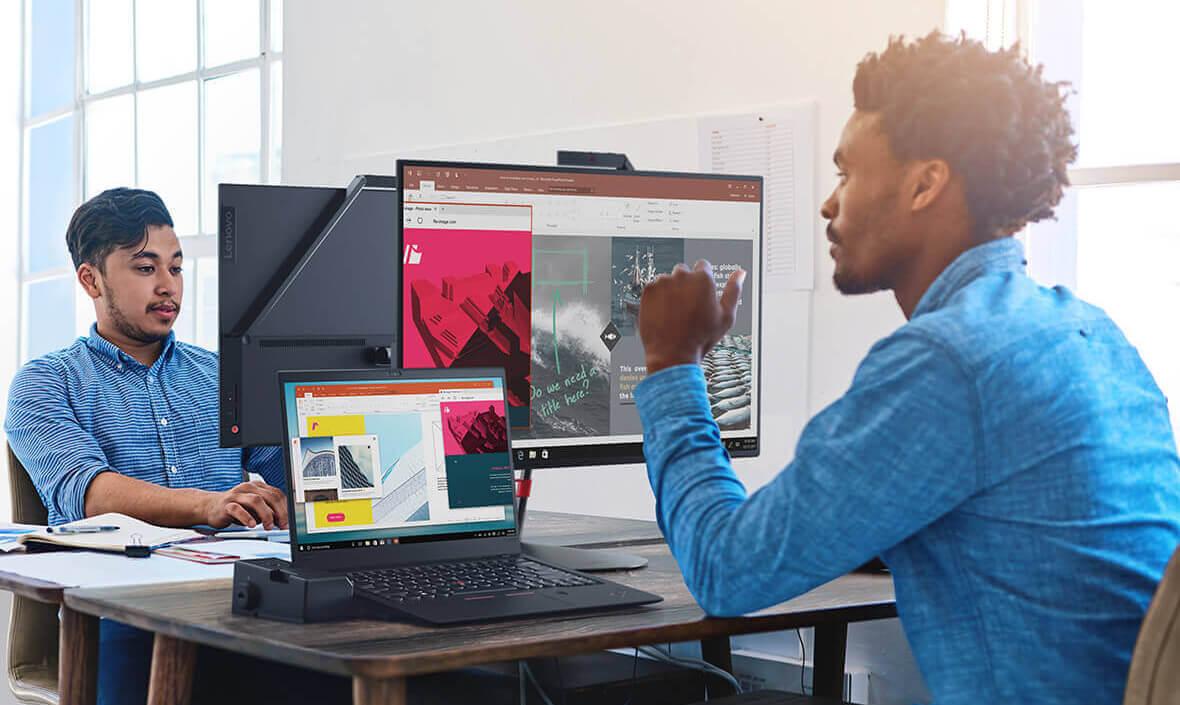 Lenovo ThinkPad X1 Carbon (a 6-Gen), fiind utilizat intr-un spatiu de lucru cu ecran extins pe un monitor.